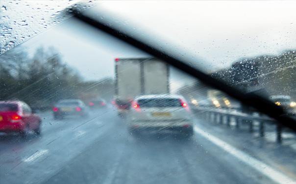 quando si guida sotto la pioggia valutare l'efficienza dei tergicristalli